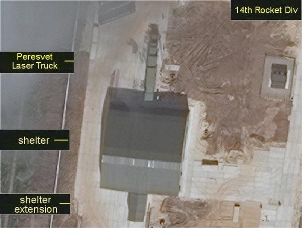 Caminhão a laser Peresvet visto do lado de fora de seu abrigo na 14ª Divisão de Mísseis, perto de Yoshkar-Ola. (crédito: military.russia.ru)