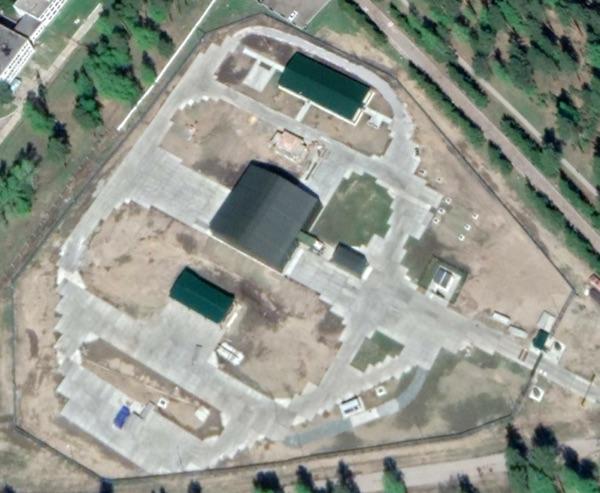 Imagem do Google Earth do local do Peresvet 2146/3 perto de Barnaul. A extensão móvel foi movida para trás, expondo o que parece ser a seção traseira do caminhão a laser com seu telescópio laser branco.